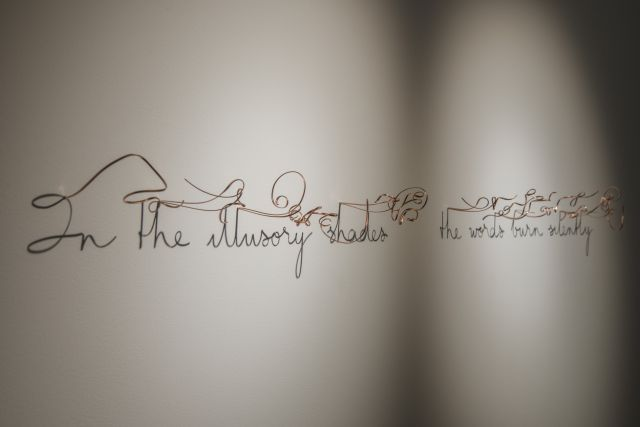 """In the illusory shades the words burn silently, 2018, Oeuvre appartenant aux """"sentences"""""""